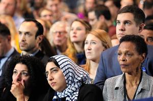 米ニューヨークで8日、民主党大統領候補クリントン氏の選挙集会があり、不安そうにテレビ画面を見つめる人たち=AP
