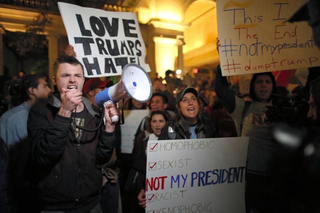 トランプ氏の大統領選勝利に抗議する人々=9日午後5時52分、ニューヨーク、矢木隆晴撮影