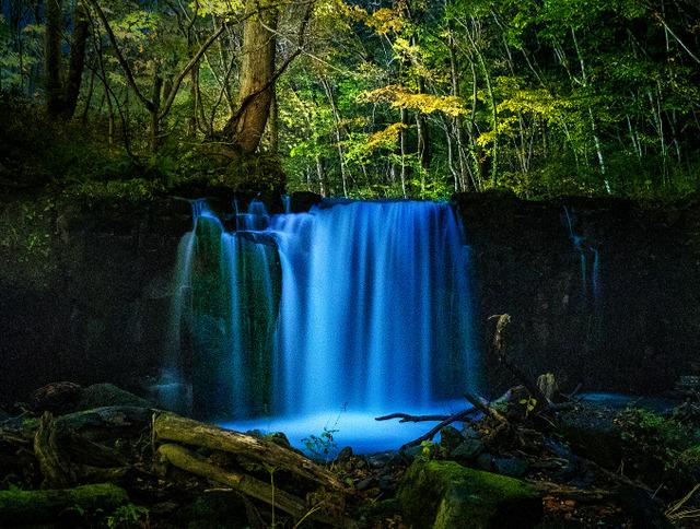 奥入瀬渓流本流にある銚子大滝。十和田湖から流れ出た水が幻想的な風景をつくる(30秒間露光)=青森県十和田市
