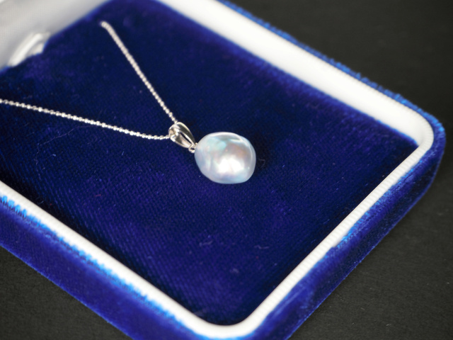 女子優勝者に贈られる青い真珠のペンダント=神戸マラソン実行委員会提供