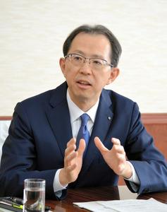朝日新聞のインタビューに答える内堀雅雄知事=県庁