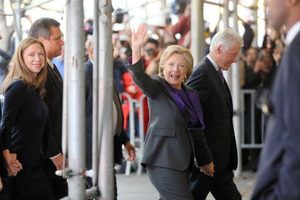 ニューヨークで9日、集まった人たちに手を振るヒラリー・クリントン前国務長官。敗北が決まった後、支援者らとの会合に夫で元大統領のビル氏と手をつないで現れた=AP