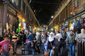 8日午後、大勢の買い物客でにぎわうダマスカス旧市街の市場。時折、「ドン」という迫撃砲の発射音が響いた=春日芳晃撮影
