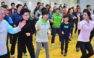 2014年11月、ソウル市内で開かれたヌルプム体操の試演会に参加した朴槿恵(パククネ)大統領(中央)=東亜日報提供