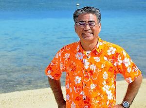 西里長治さんが着ている「かりゆしウェア」は、会社の制服。晴れた日の海は、エメラルドグリーンだ=沖縄・宮古島