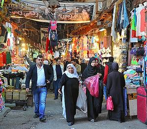 8日午後、買い物客でにぎわうダマスカス旧市街の市場。時折、「ドン」という迫撃砲の発射音が響いた=春日芳晃撮影