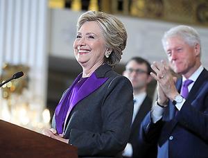 ニューヨークで9日、大統領選に敗北し、会見するヒラリー・クリントン前国務長官。夫のビル氏が拍手を送った=AP