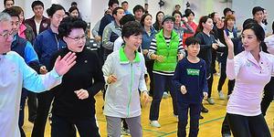 2014年11月、ソウル市内で開かれたヌルプム体操の試演会に参加した朴槿恵大統領(中央)=東亜日報提供