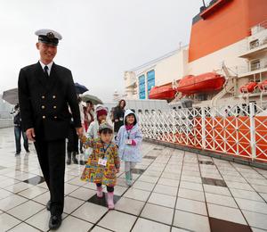 南極観測船「しらせ」の出港を見送るため、晴海埠頭(ふとう)に集まった隊員の家族たち=11日午前9時、東京都中央区、遠藤啓生撮影