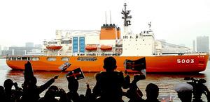出港する南極観測船「しらせ」を見送る隊員の家族たち=11日午前10時9分、東京都中央区、遠藤啓生撮影