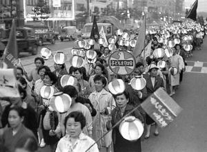 「衆院解散・岸内閣退陣」を訴え、ちょうちんデモをする女性たち=1960年5月、東京都港区