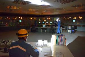 全電源を失ったことを想定し、「中央制御室」では電灯を使いながら作業した=女川町塚浜