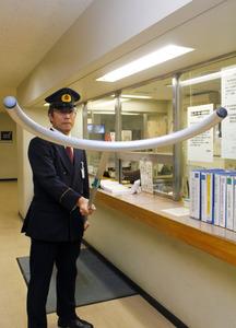 県庁守衛室に備えられた「さすまた」。先端のU字部分で不審者を取り押さえる=県庁