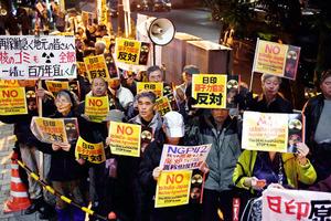 首相官邸前でプラカードを手に声を上げる人たち=11日午後6時27分、東京都千代田区、竹花徹朗撮影