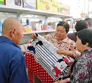 アリババの農村代理店で買い物する人たち=山東省寿光市郊外