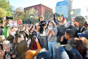数千人の若者やクリントン氏支持者がトランプ氏に抗議するデモ集会を開いた=11日、米ニューヨーク、杉崎慎弥撮影