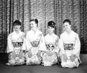 当時撮影したという海外の女性選手。「外国人も和装を喜ぶんだな、と覚えています」=佐々木さん提供