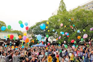 いっせいに放たれた風船=堺市堺区、堺高石青年会議所提供