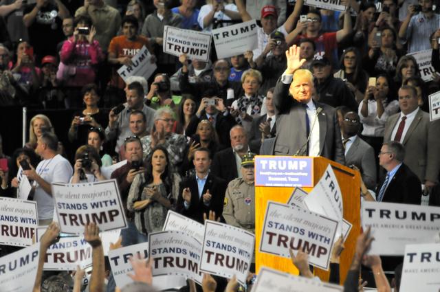 熱狂的な支持者に手を振るトランプ氏=2015年11月14日、テキサス州ボーモント、金成隆一撮影