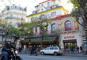 90人が犠牲になったコンサートホール「ルバタクラン」=11日、パリ、ソフィー・デュピュイ撮影