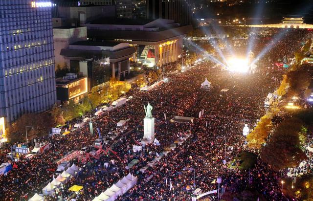 ソウル中心部の道路を埋める朴槿恵・韓国大統領の退陣を求める人たち=12日午後7時55分、樫山晃生撮影