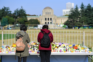 献花台に手を合わせる人たち=13日午前10時2分、東京都新宿区、諫山卓弥撮影