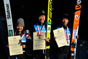 女子1位の勢藤優花(北海道メディカル・スポーツ専門学校、中央)、2位の高梨沙羅(クラレ、左)、3位の岩渕香里(北野建設、右)