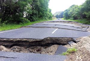 地震の影響で亀裂が入った道路=ロイター