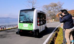 田沢湖畔の県道を自動運転で走行するバス=秋田県仙北市田沢湖田沢