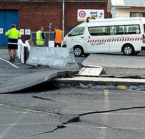 ニュージーランドの首都ウェリントンで14日、地震の影響で亀裂が生じた道路=AP