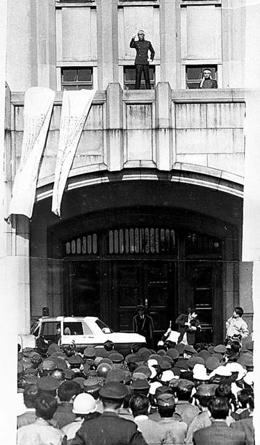 集まった自衛隊員らを前にバルコニーで演説する三島由紀夫=1970年11月25日、東京都新宿区の陸上自衛隊東部方面総監部