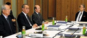 上智大学の渡部昇一・名誉教授(右端)から意見を聞く今井敬座長(左端)ら会議のメンバー=14日午後3時31分、首相官邸、角野貴之撮影