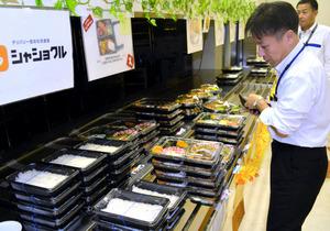 社員食堂だったスペースに並ぶ弁当を買う社員ら=大阪市住之江区の関西電力大阪南支社
