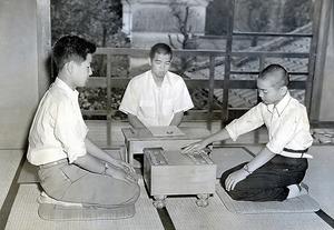 史上初の「中学生棋士」としてデビューした頃の加藤一二三さん(右)。当時の「週刊朝日」では「関西の天才少年」と紹介されていた=1954年