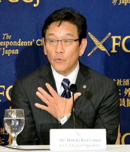 質問に答える栗山監督=東京都千代田区の日本外国特派員協会