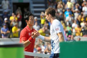 リオデジャネイロ五輪男子シングルス準決勝で敗れ、マリー(右)と握手する錦織圭=竹花徹朗撮影