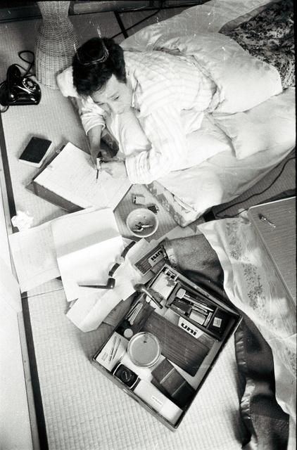 安岡章太郎(1920~2013)。「こうして書く方が具合がいいんです」と寝そべって(1960年)