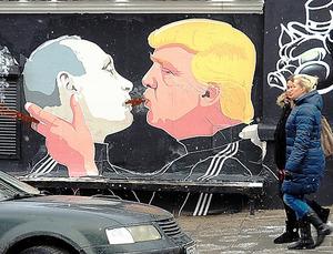 ビリニュス中心部に現れたトランプ氏とプーチン氏のキスを描いた壁画は、ネットを通じて世界中に拡散した=12日、駒木明義撮影
