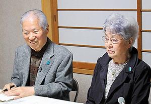 会場にメッセージを送る横田滋さん(左)と早紀江さん夫妻=川崎市、北野隆一撮影