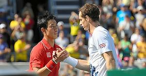 リオデジャネイロ五輪男子シングルス準決勝で敗れ、マリー(右)と握手する錦織圭