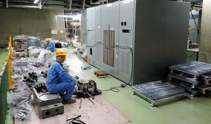 クリアランスのため1号機発電機制御盤の解体仕分け作業をする作業員=1号機タービン建屋