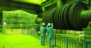 クリアランスのため除染を終えた5号機タービンローター軸。奥は放射線量を測る測定ハウス=2号機タービン建屋