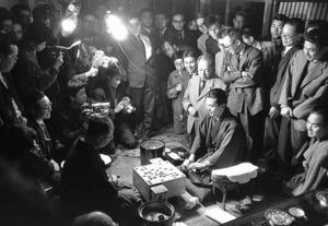 20歳で名人戦に初登場し、第1局を制した加藤一二三さん(中央右)。「今でもこの将棋のことを褒めてくれる人がいます」=1960年、東京都渋谷区
