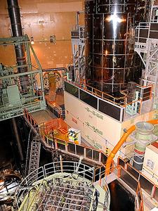 <20年前機器交換>関西電力美浜原発3号機の内部に記者が10月に入った。発電機を回す高圧タービンには「昭和49年11月」、給水ポンプには「1974年」と書かれたプレートがあり、歴史がうかがえる。原子炉の上ぶたや蒸気発生器(写真奥)は96年度に取り換えたとし、関電職員は安全性を強調した