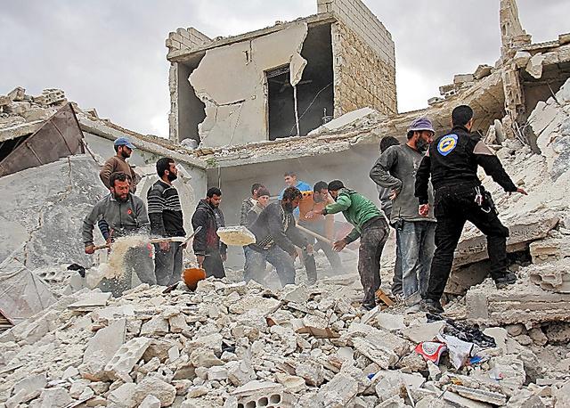 シリア北西部イドリブ県で16日、ロシア軍とアサド政権軍による空爆で破壊された建物を調べる救助隊や住民ら=AFP時事