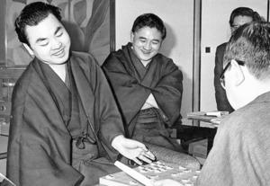 十段戦第7局を制し、「十段」のタイトルを獲得した加藤一二三さん(左)。14歳でデビューしてから15年目で、ようやく悲願をかなえた=1969年、東京都千代田区