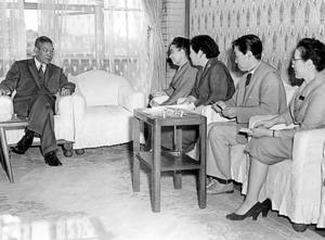 首相官邸で主婦連代表と会見する池田勇人首相(左)。テレビにもよく出演した=1960年10月4日