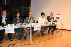 記者会見で、白書に関する資料を説明する国連科学委のマルコム・クリック事務局長(右)=会津稽古堂