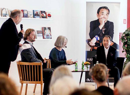 図書館でのイベントに登壇した村上春樹さん(右)。隣は翻訳者のメッテ・ホルムさん=デンマーク・オーデンセ、ヤコブ・ケイニケ氏撮影