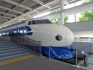 京都鉄道博物館1階のプロムナードにある東海道新幹線0系の展示=2016年5月、塩原直美撮影